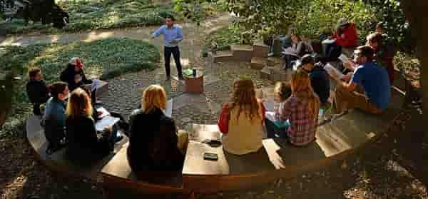 برگزاری جلسه طوفان فکر (طوفان ذهنی) در پارک